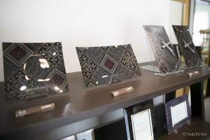 大島紬をガラスと樹脂で加工したコースターや時計