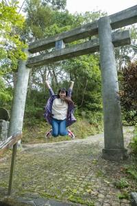 有盛神社鳥居ジャンプ写真