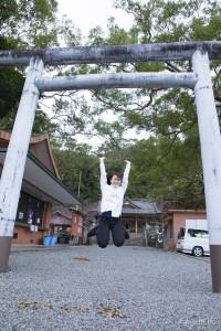 高千穗神社鳥居ジャンプ写真