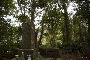 墓碑越しに城田を望む