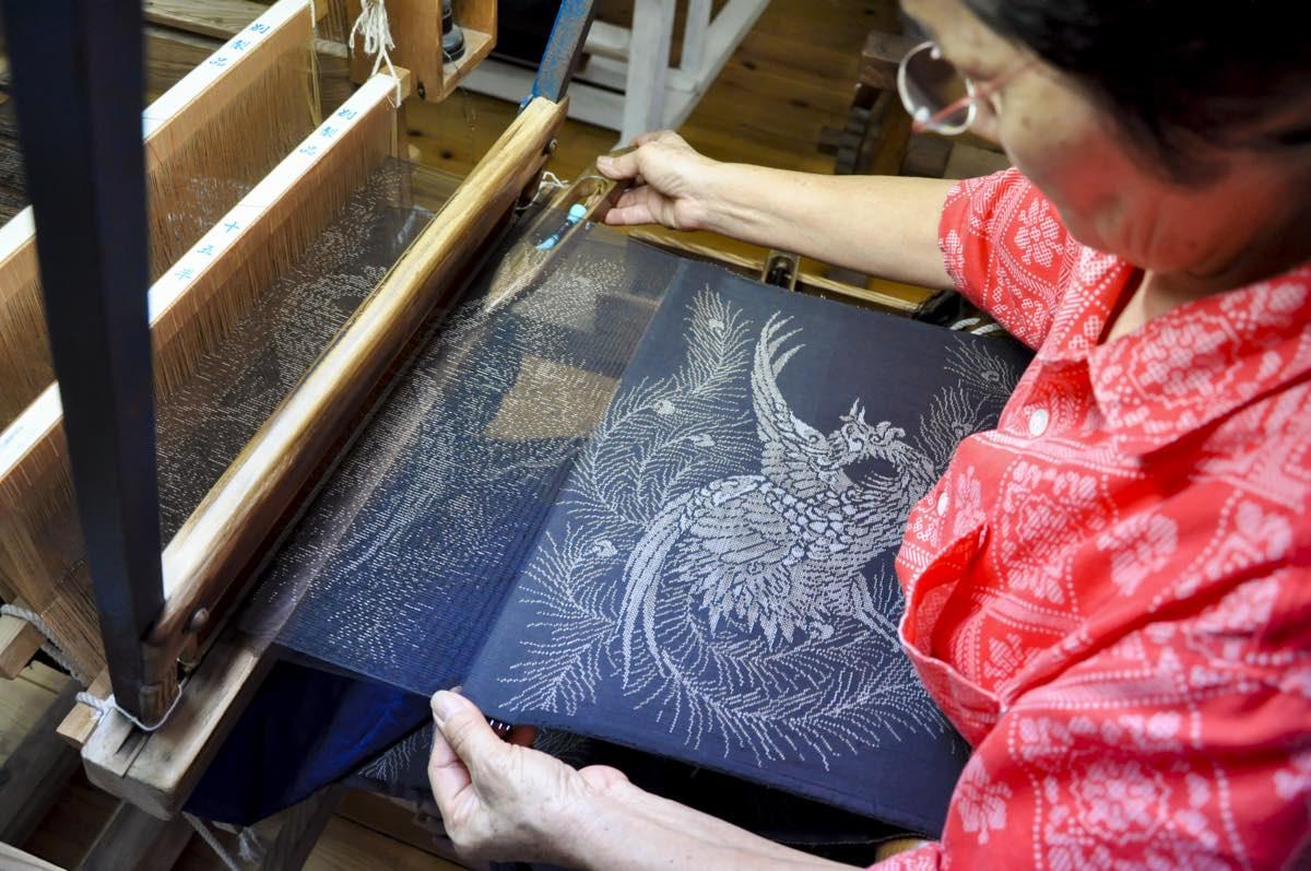 大島紬村 機織り写真