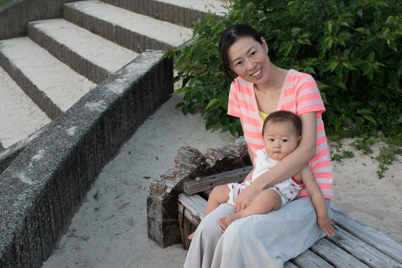 奄美大島に移住した方々の暮らしをご紹介するインタビュー、第2弾でお話を聞いたのは、笠利町で暮らす金森さん夫妻。孝徳さん、美和子さん、そして2016年1月生まれ新くんの3人家族です。