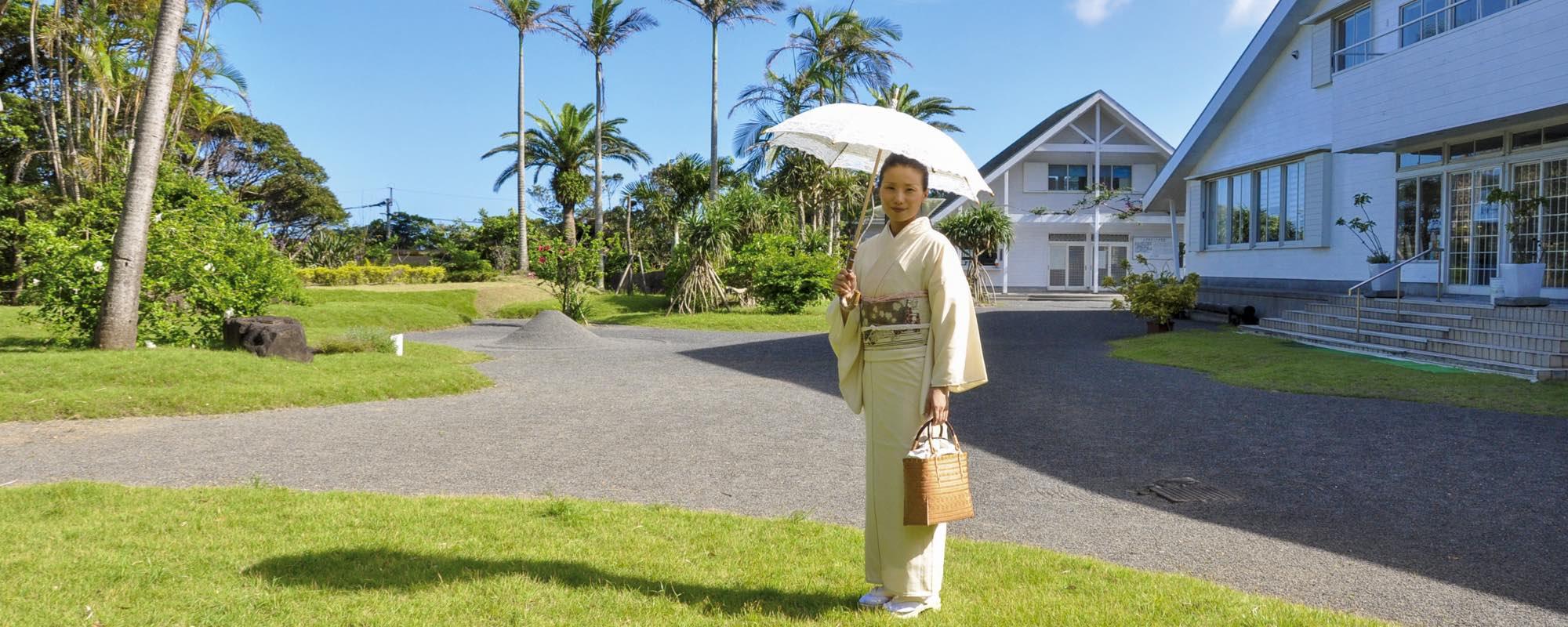 日本が誇る大島紬のテーマパークを亜熱帯植物庭園を散策しながらご案内