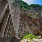 名音トンネルの柱群 写真